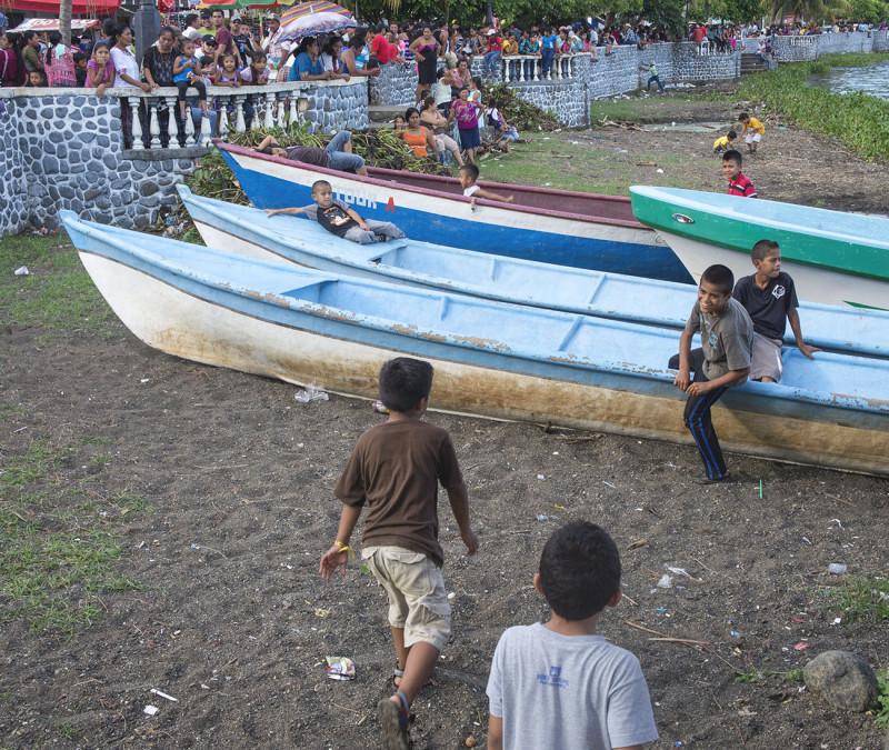 kids playing in El Estor
