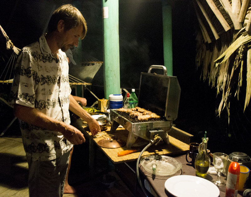Luki tending grill