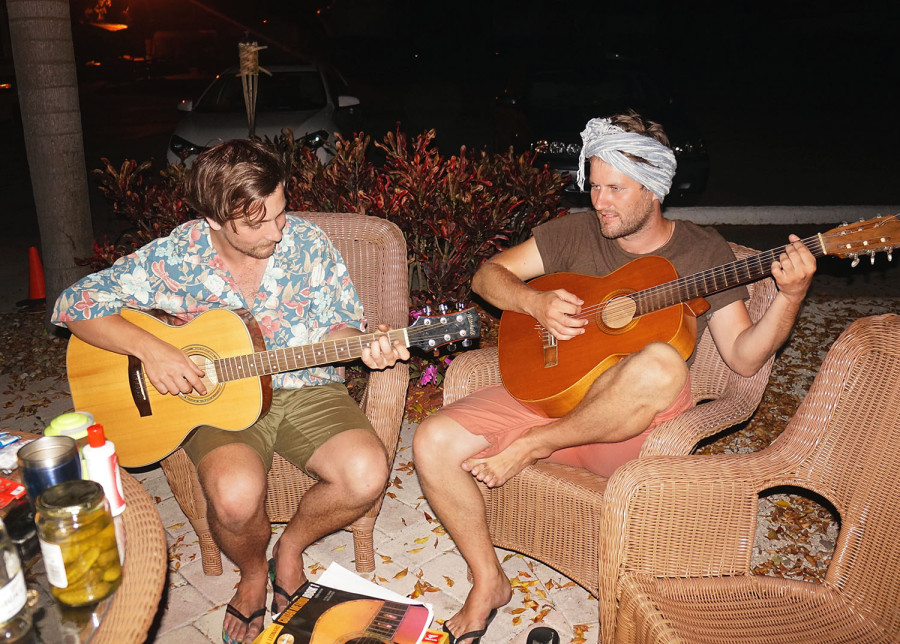 Hannes & Ben playing guitar