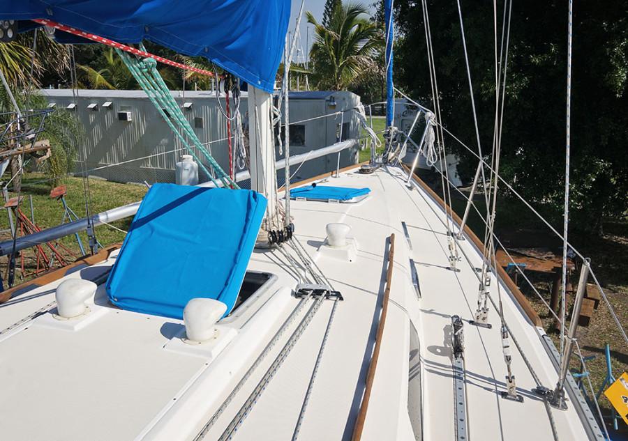 Sabre 34 Targa starboard deck